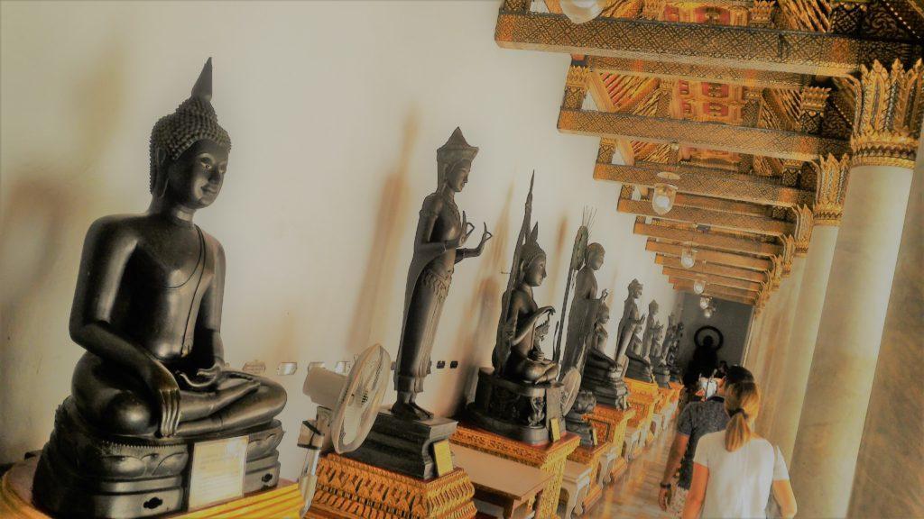 Bangkok (Thailandia) - I 52 Mudra di Buddha nel porticato del tempio di marmo - (foto aggynomadi)